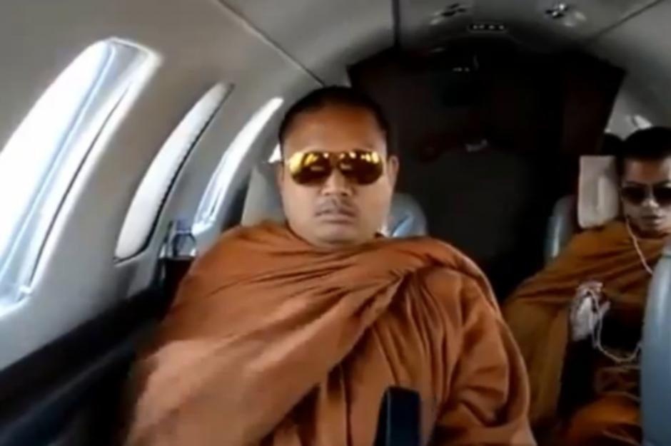 La déchéance du moine jet-set