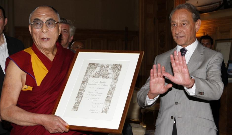 J'aime bien le Dalaï-Lama Le-dalai-lama-honore-a-Paris_article_landscape_pm_v8