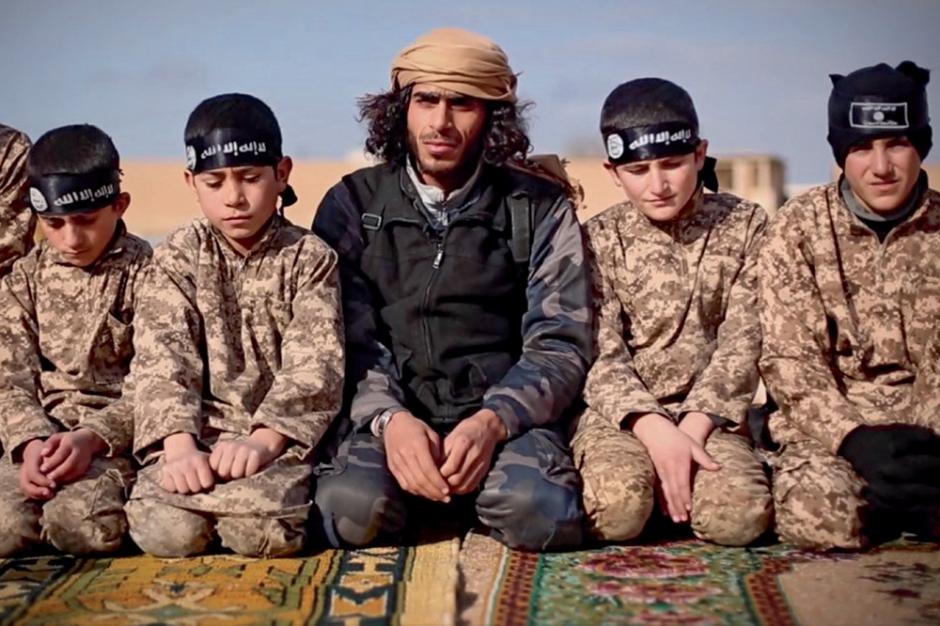 reportage les lionceaux du califat a l 39 cole de daesh sp cial d fense. Black Bedroom Furniture Sets. Home Design Ideas