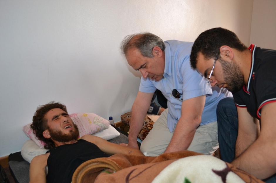 Ghazi aswad de retour en syrie est ici au chevet d une victime de