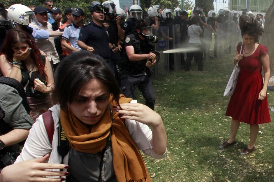 La femme en rouge, symbole d'une révolte