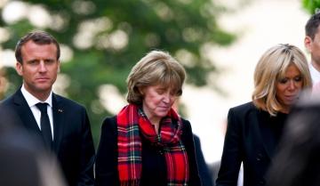 Emmanuel et Brigitte Macron entourent Dominique Boulard, lundi