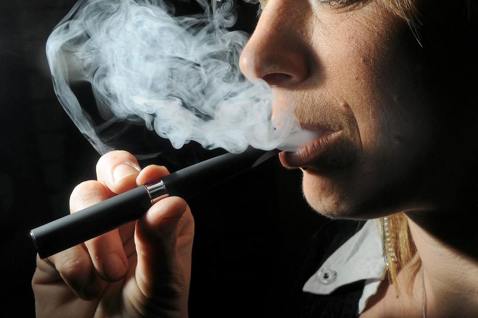 http://cdn-parismatch.ladmedia.fr/var/news/storage/images/paris-match/actu/sante/cigarette-electronique-les-experts-sont-des-dangers-pour-la-sante-publique-518146/4682229-1-fre-FR/Cigarette-electronique-Les-experts-sont-des-dangers-pour-la-sante-publique_article_landscape_pm_v8.jpg