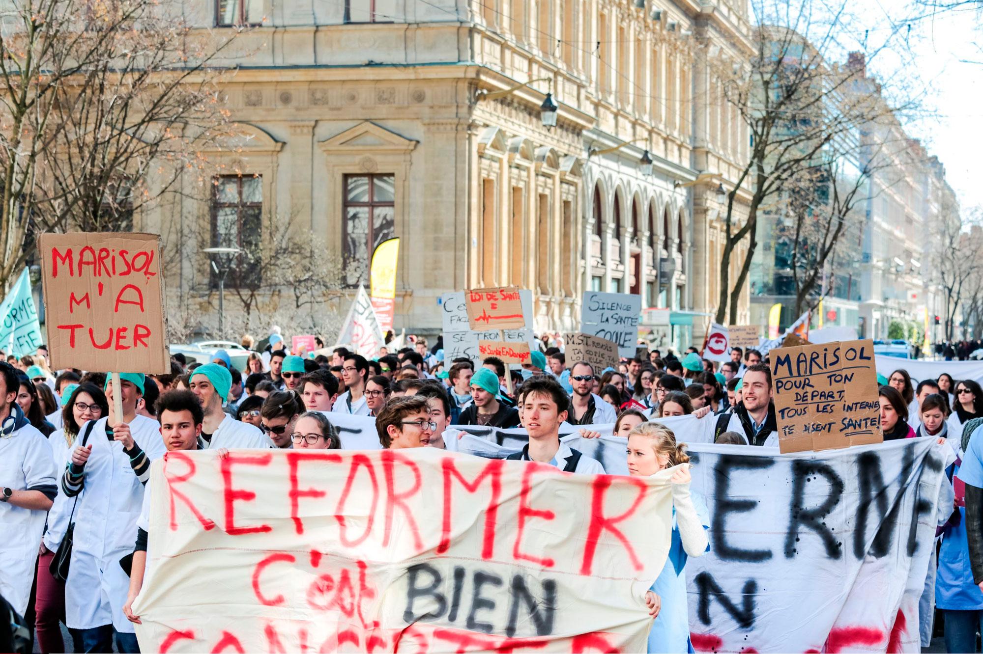 Les m decins dans la rue contre la loi sant le front de la col re - Les encombrants paris 15 ...