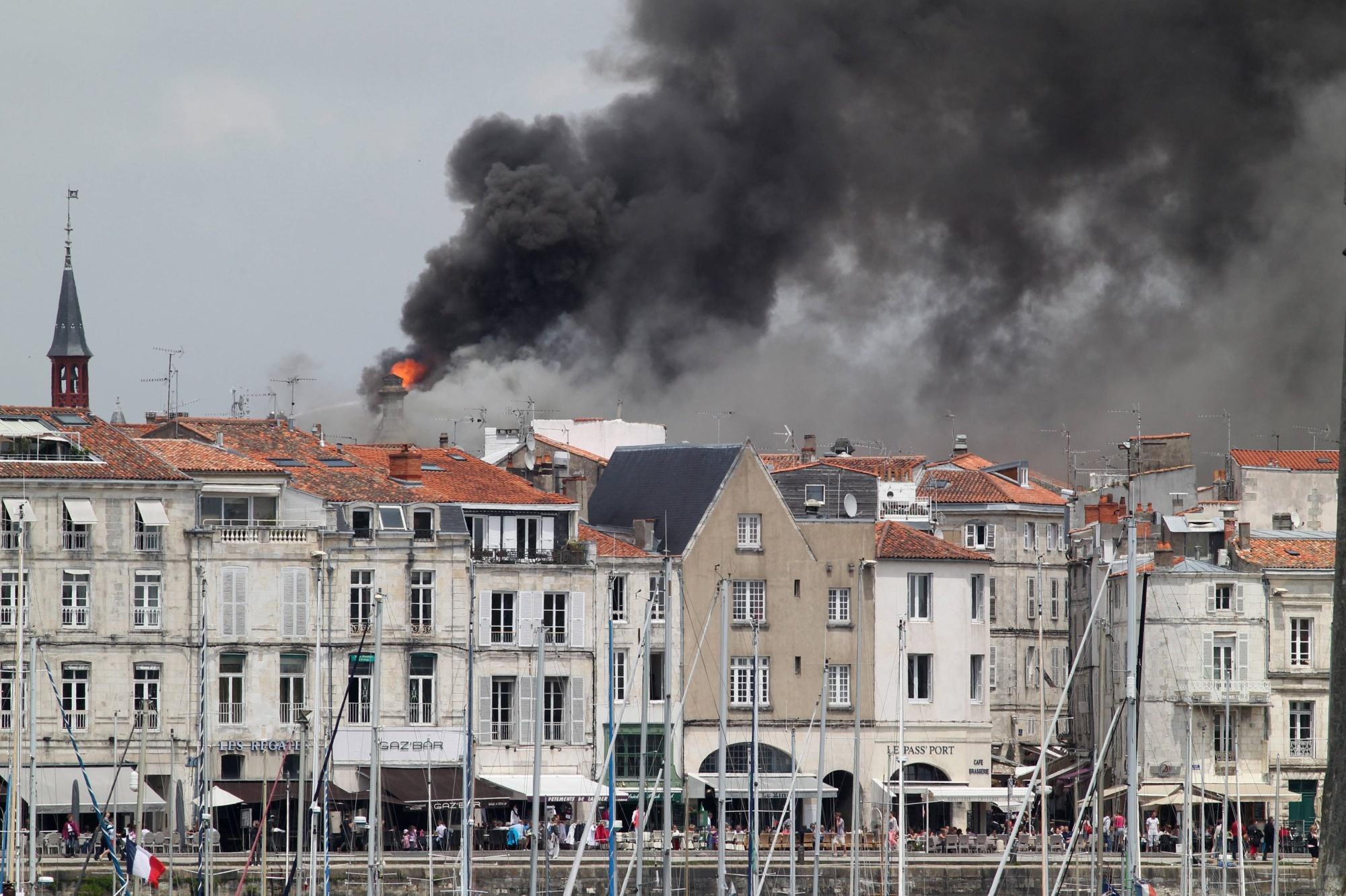 Fin de l 39 incendie de l 39 h tel de ville de la rochelle for Hotel la rochelle piscine