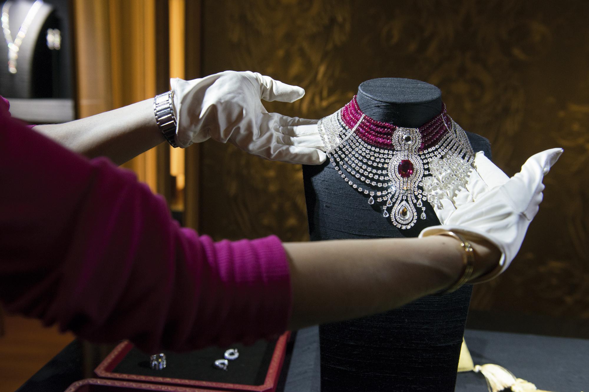 Cartier le collier reine 2000 1332 a l l t for Haute joaillerie cartier