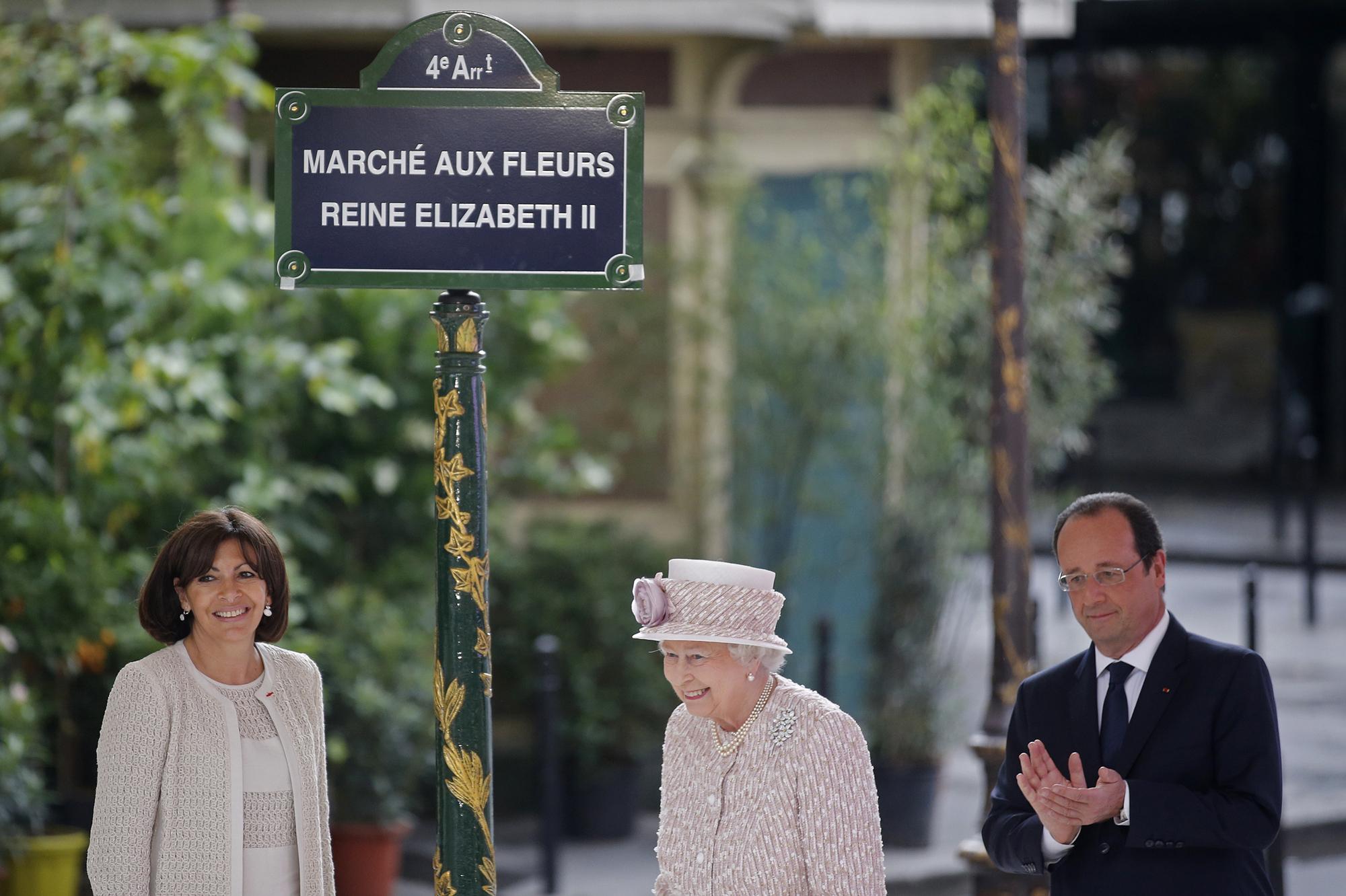 a paris le march aux fleurs accueille la reine elizabeth. Black Bedroom Furniture Sets. Home Design Ideas