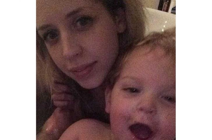 Une main fantôme sur un selfie de Peaches Geldof