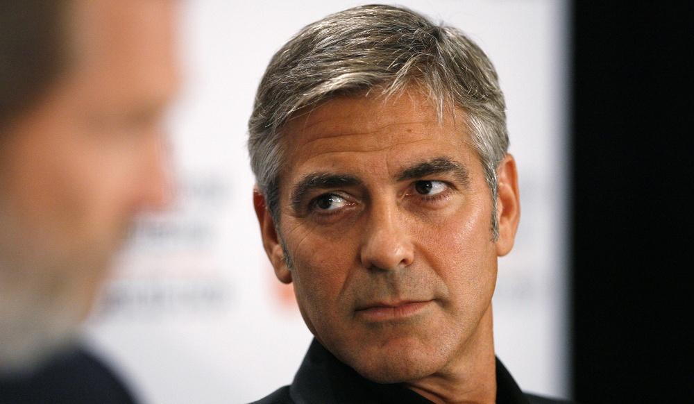 Georges Clooney fait des tractions torse nu