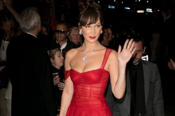 Cannes 2018: Bella Hadid, sublime en robe rouge sur la Croisette
