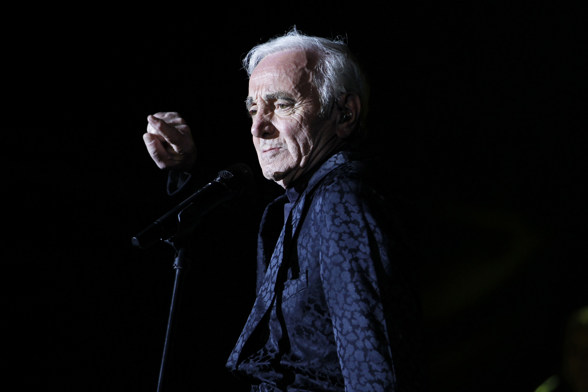 le chanteur a t hospitalis le coup de fatigue de charles aznavour. Black Bedroom Furniture Sets. Home Design Ideas
