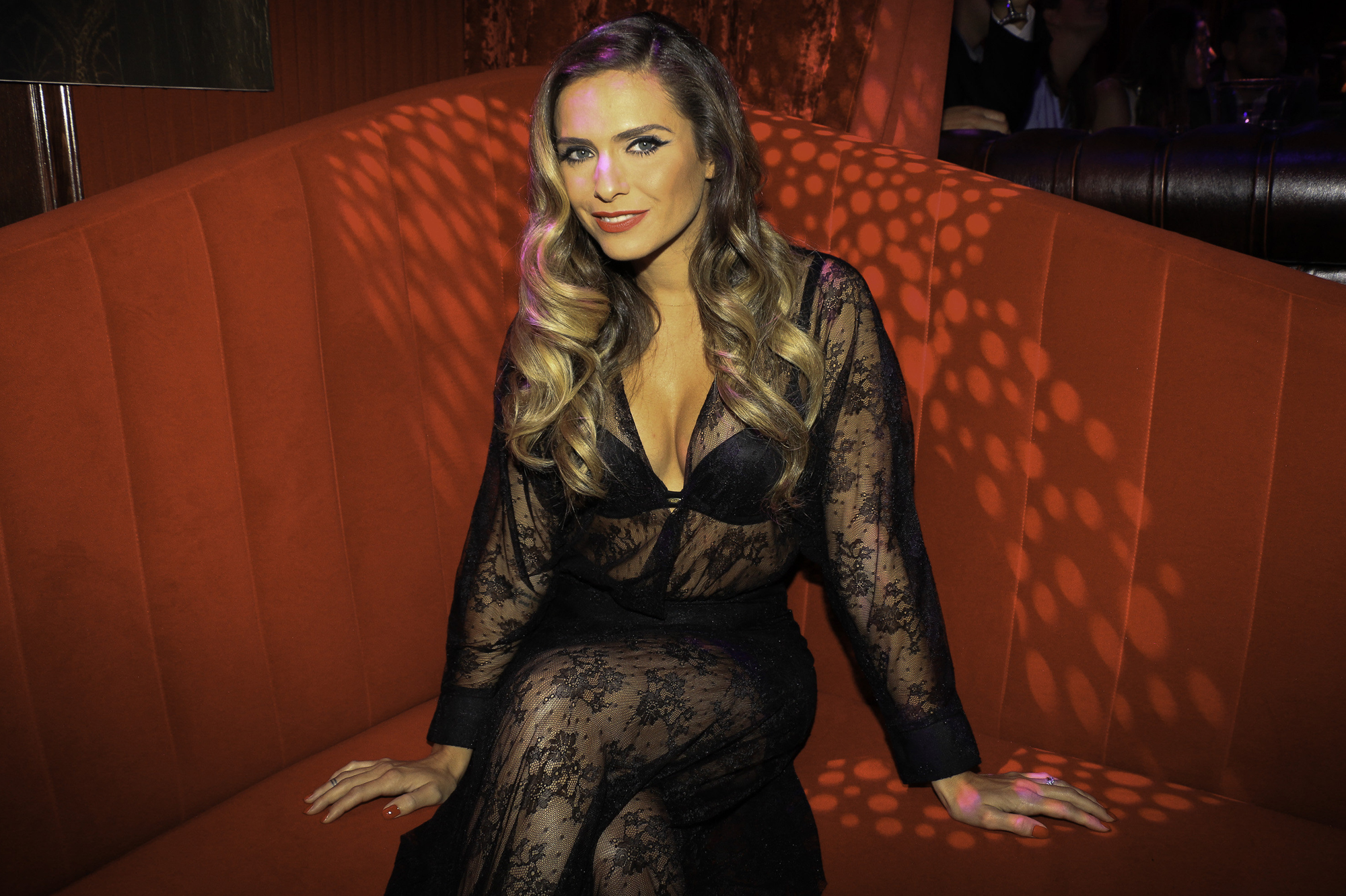elle a lanc son calendrier sexy 2015 clara morgane sexy et glamour. Black Bedroom Furniture Sets. Home Design Ideas