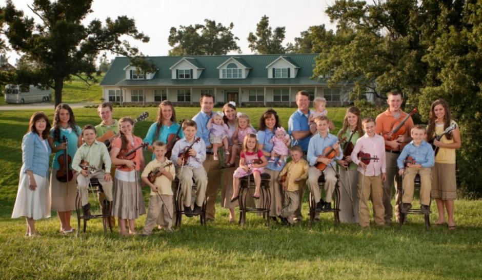 Les duggar posent pour un portrait de famille devant leur domicile, en