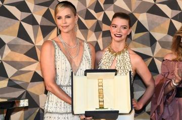"""Trophée Chopard-Charlize Theron: """"Je soutiens la nouvelle génération d'acteurs !"""""""