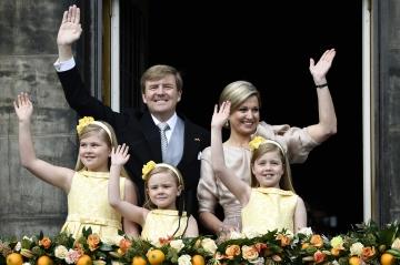 La reine Maxima des Pays-Bas avec le roi Willem-Alexander et leurs filles, le 30 avril 2013