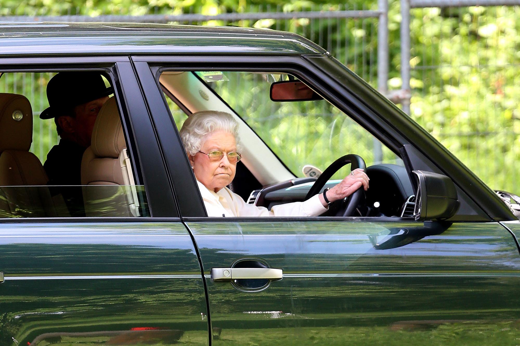 en voiture avec la reine la le on de conduite d 39 elizabeth au roi abdallah. Black Bedroom Furniture Sets. Home Design Ideas
