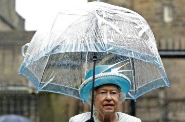 elizabeth ii et camilla parker bowles en photos elizabeth assortie a son parapluie
